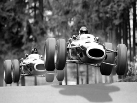Jackie Stewart seguido por Graham Hill en el Nürburgring, 1966.
